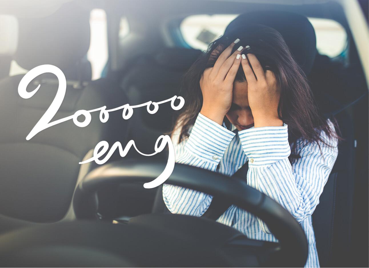 vrouw overstuur in de auto