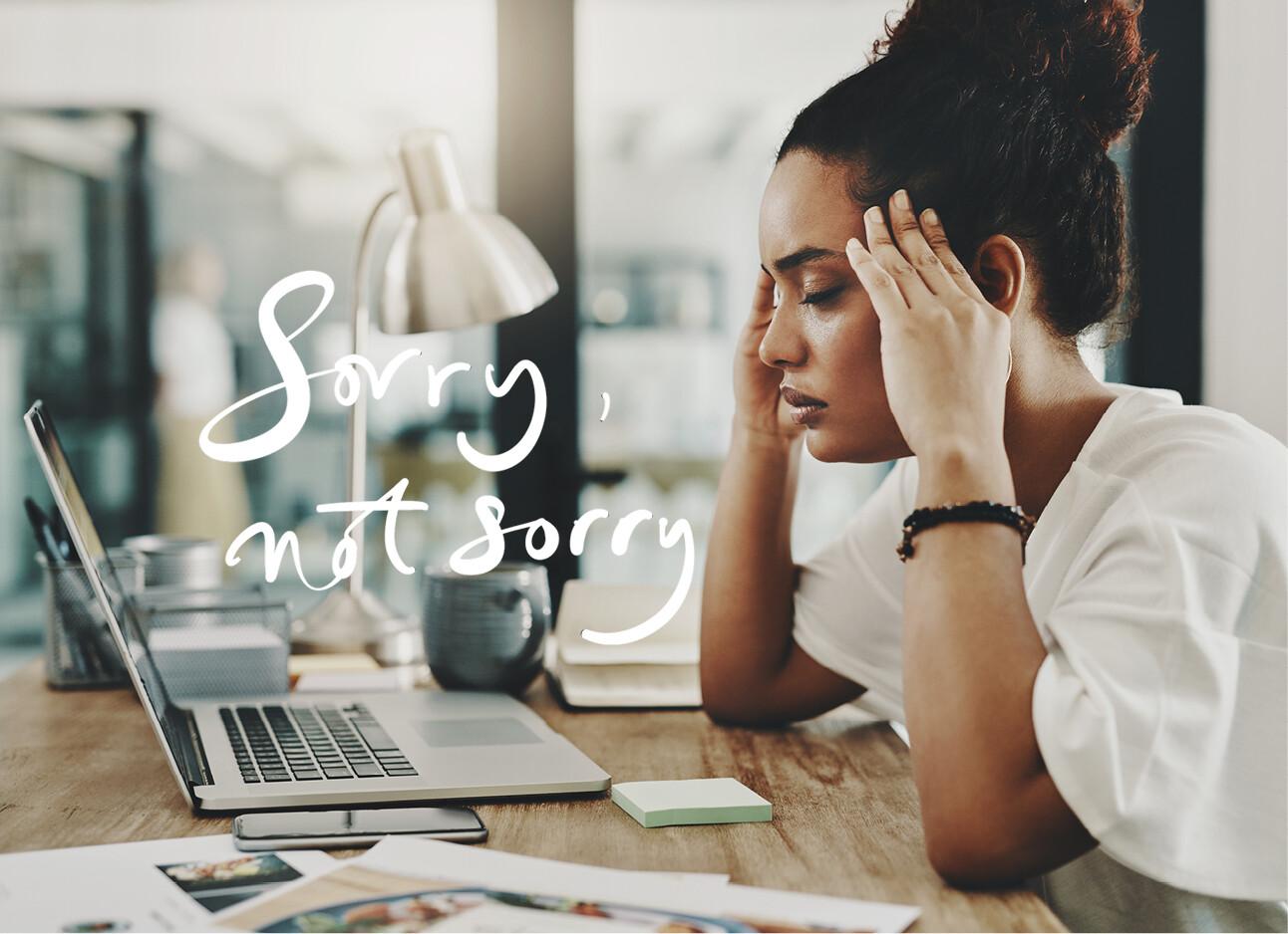 vrouw achter computer kijkend naar scherm