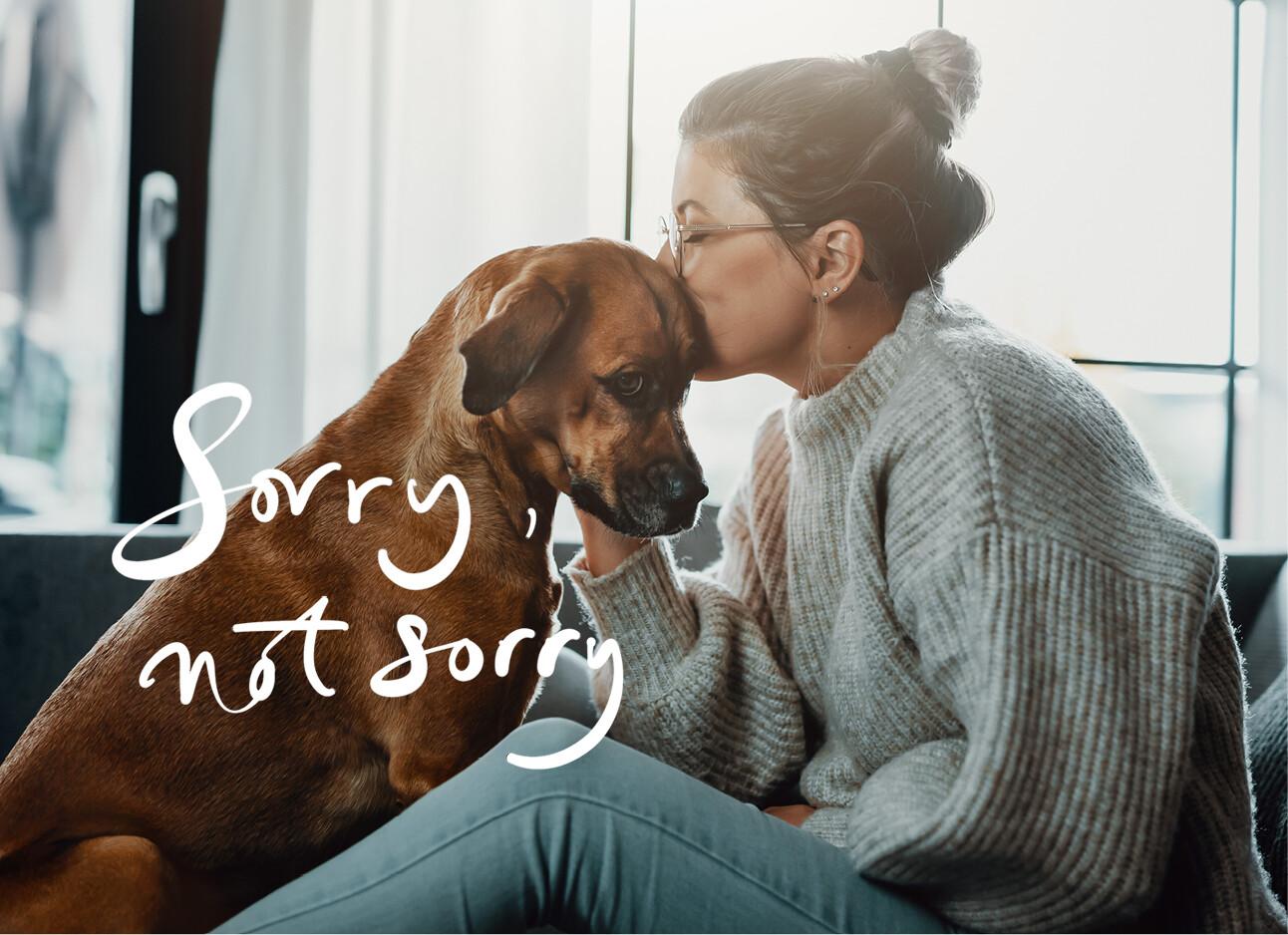 vrouw met hond thuis op de bank