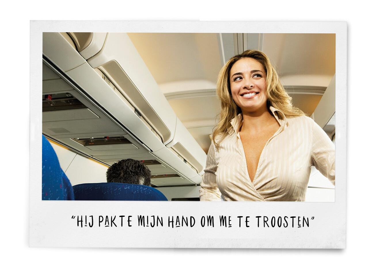 lachende vrouw in vliegtuig