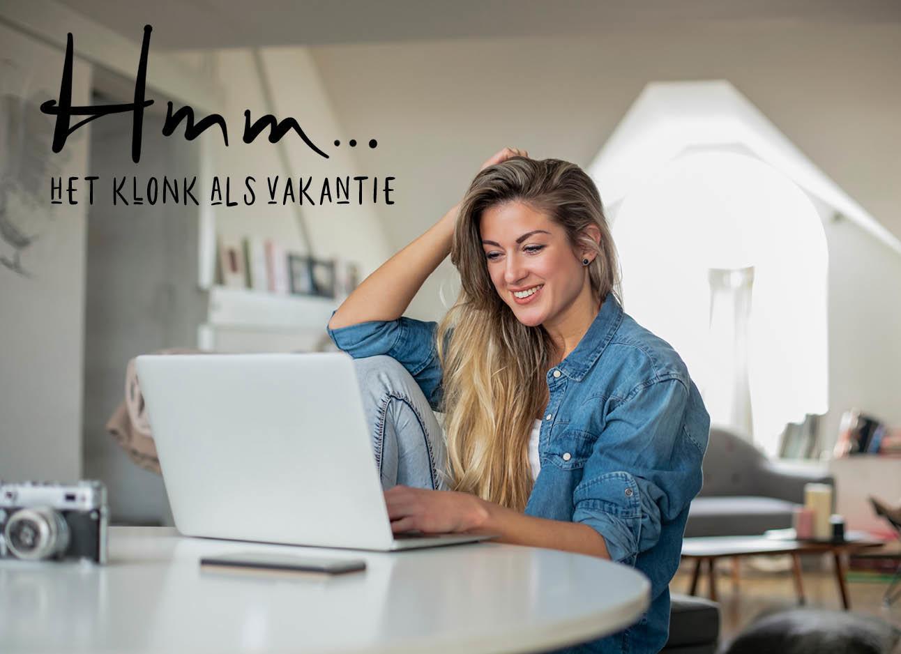 vrouw kijkend naar haar laptop