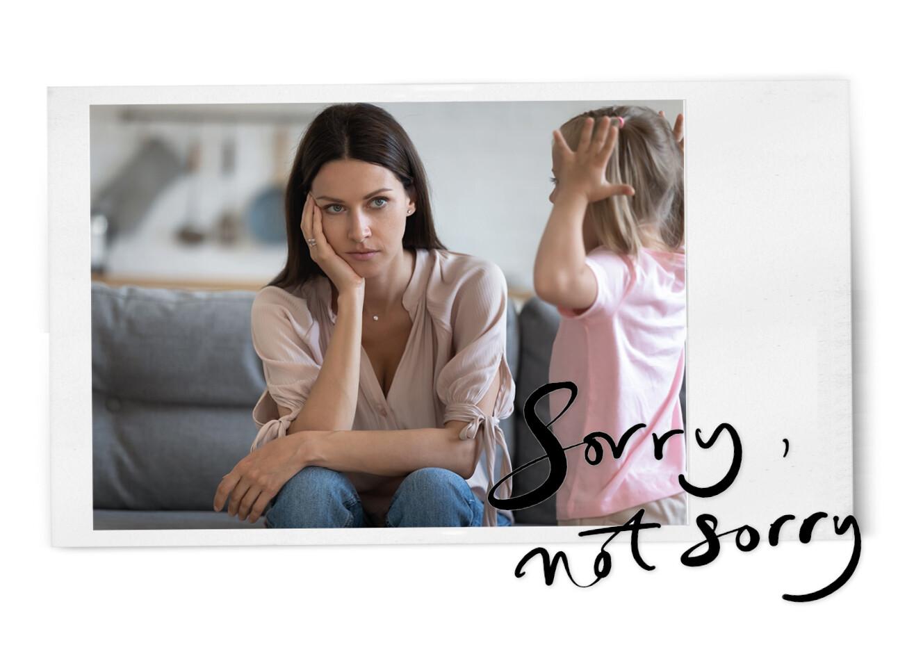 vrouw kijkt geïrriteerd naar kind