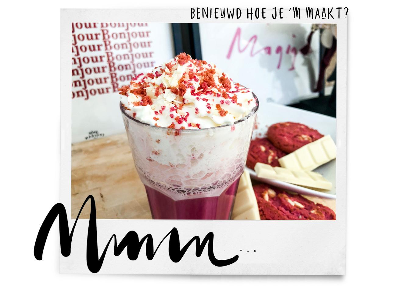 een foto van een mok met red velvet latte een rood gekleurde drank
