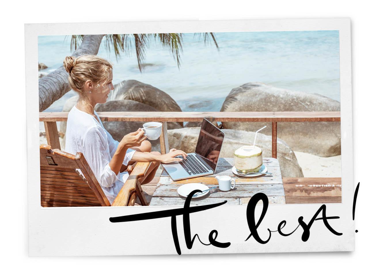 Vrouw werkend in de zon met uitzicht over de zee