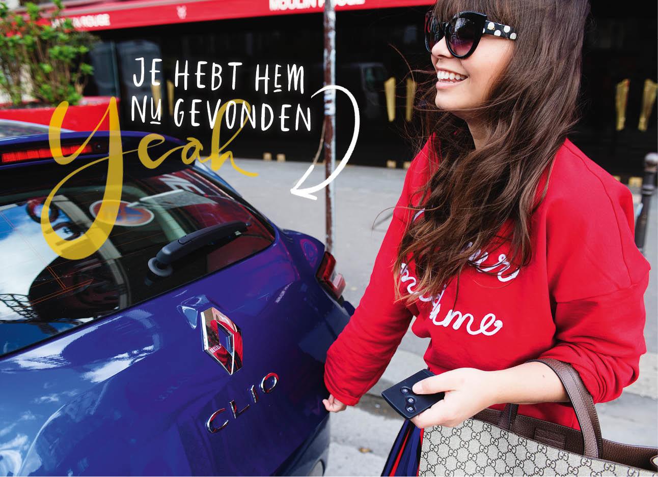 kiki lachend in parijs met een rode trui aan en een grote zonnebril naast een donker blauwe clio renault