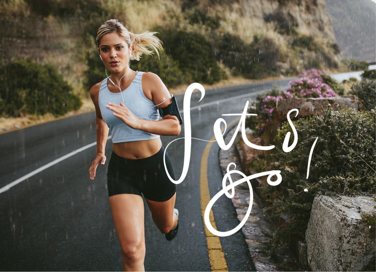 vrouw rennen door de regen