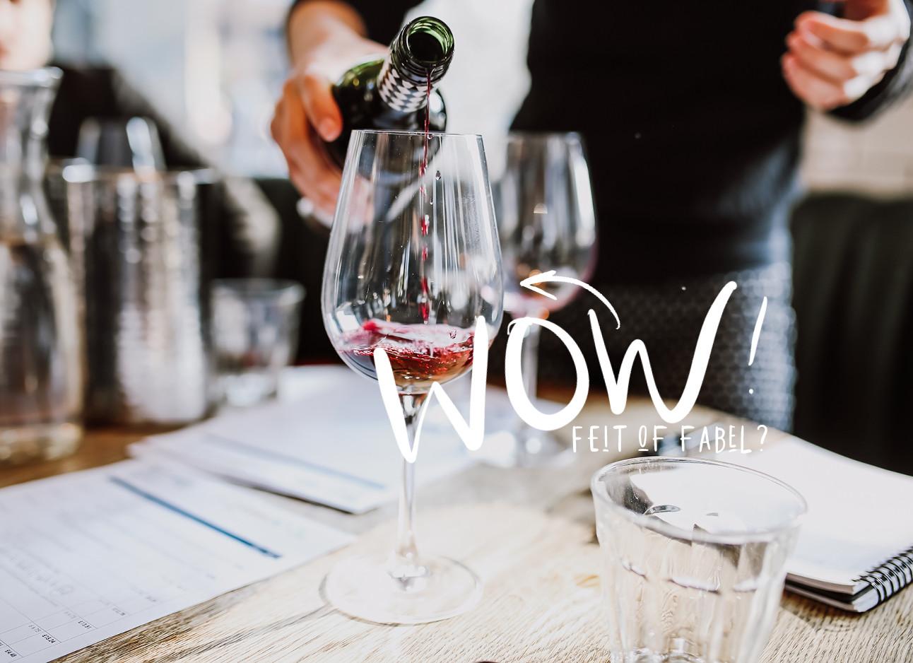 wijn in schenken in een restaurant