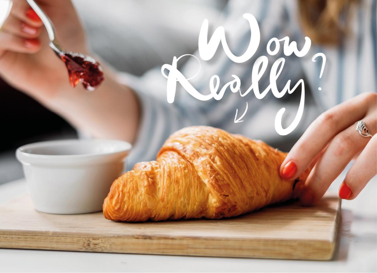 croissant met jam op tafel
