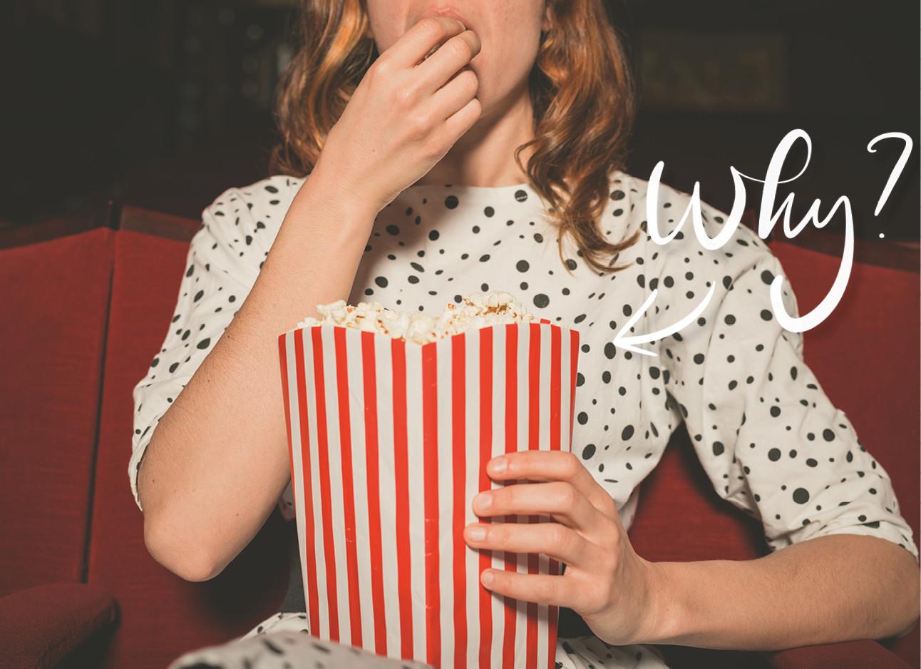vrouw die popcorn eet in de bioscoop