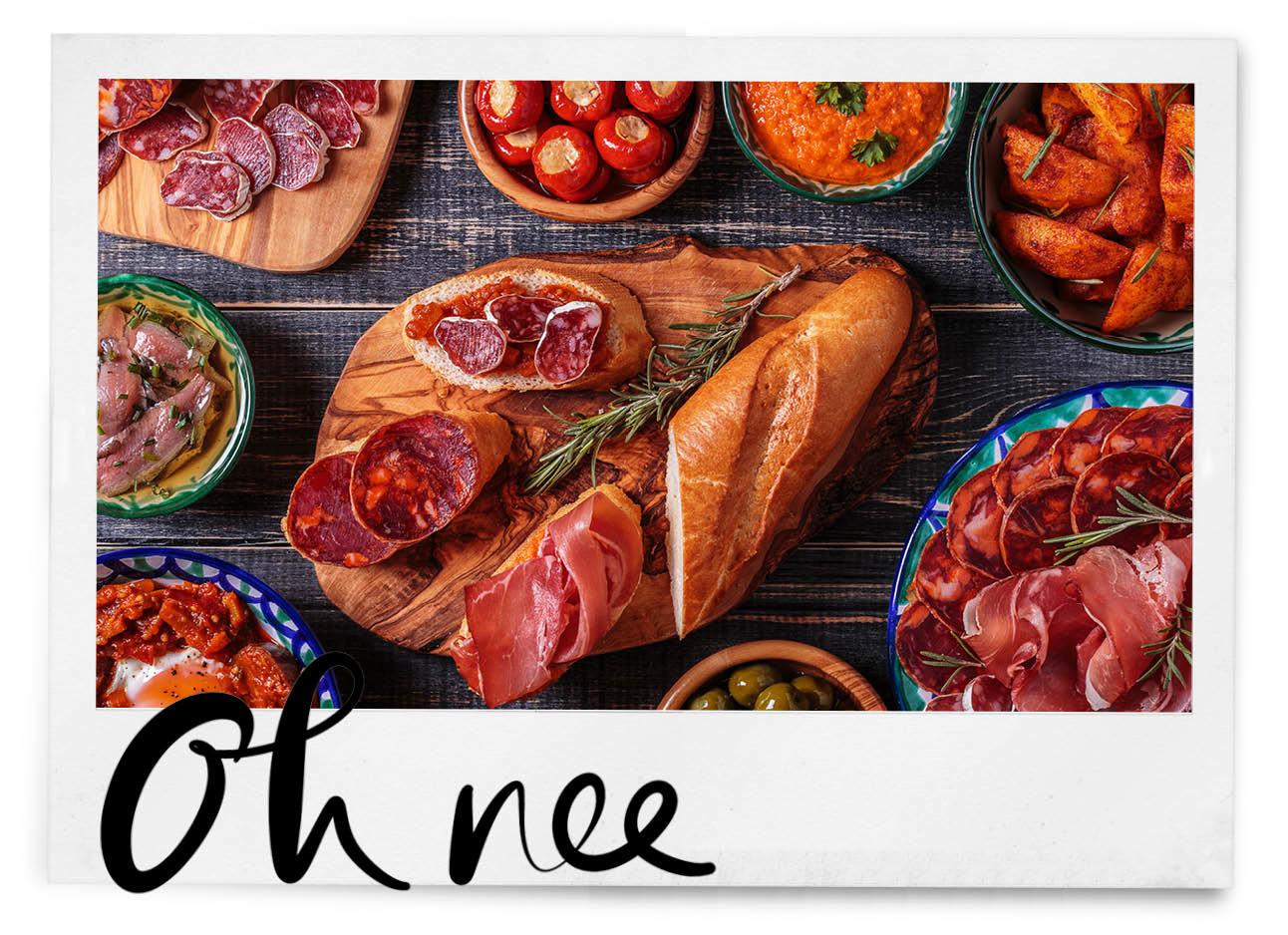 tafel vol spaanse gerechten, vlees, brood