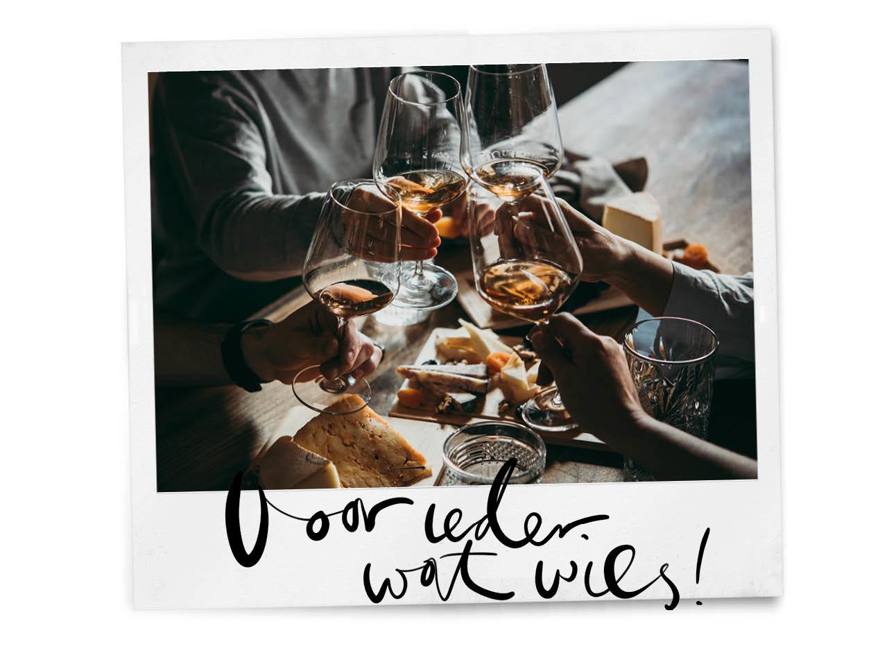 Groep mensen proosten wijn