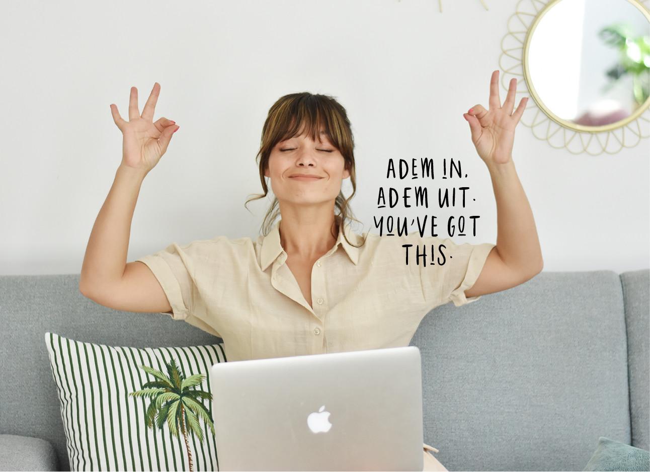 kiki yoga positie op de bank met haar laptop lachend
