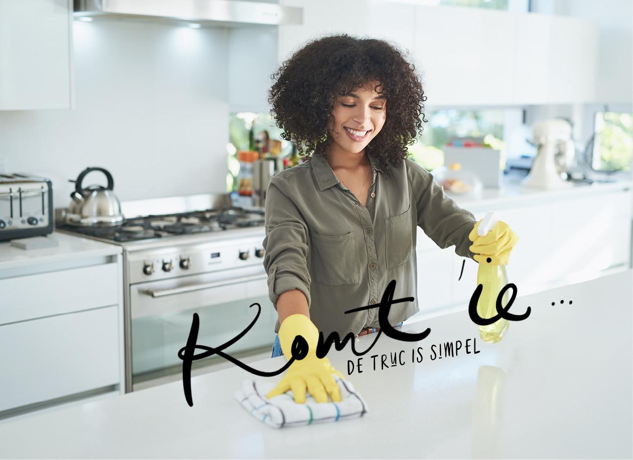 vrouw aan het schoonmaken in de keuken