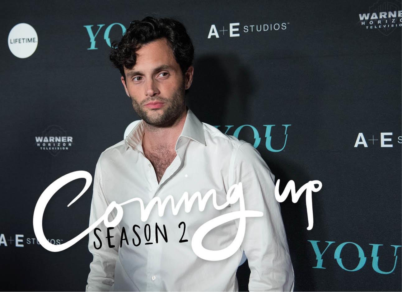Penn Badgley lachend op de rode loper met de serie YOU