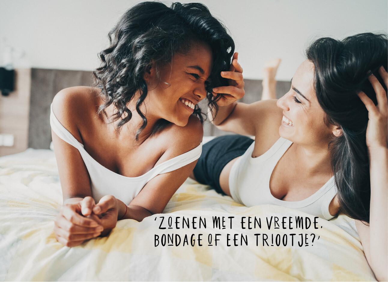 twee vrouwen lachend in bed