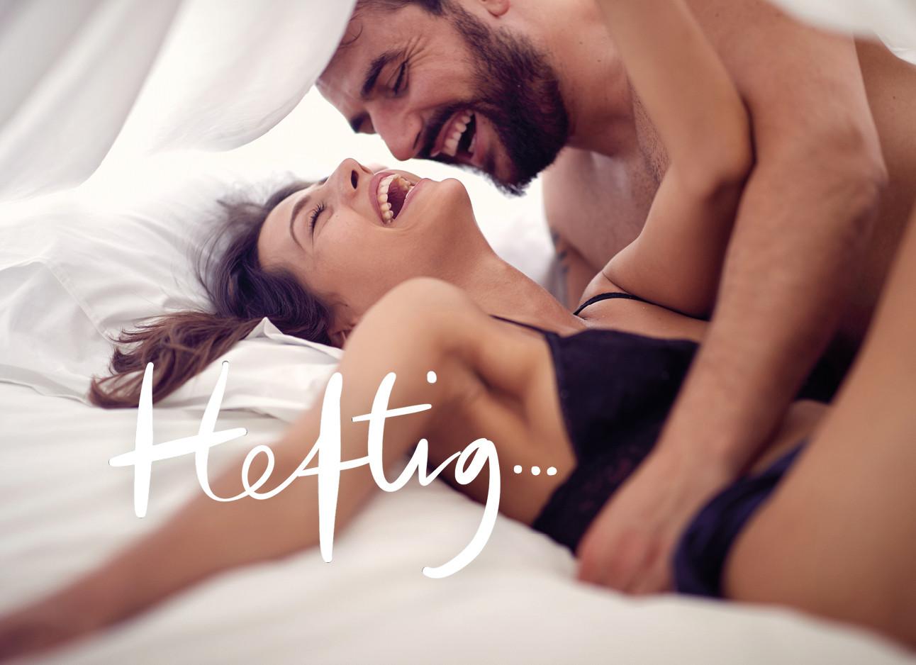 Man en vrouw stoeiend in bed onder de lakens