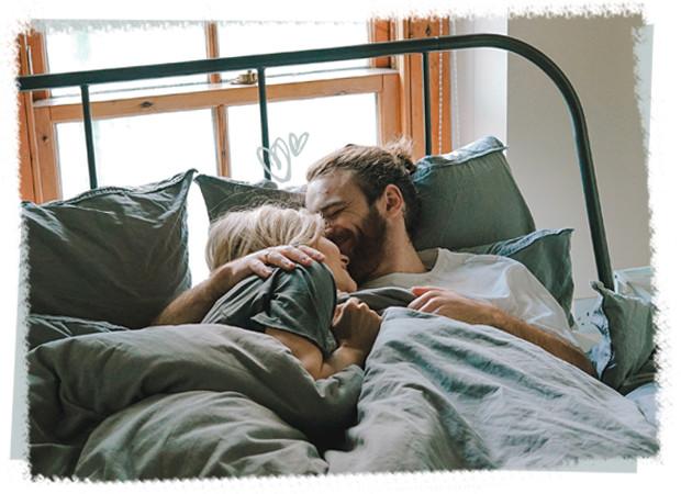 Een koppen knuffelend in bed
