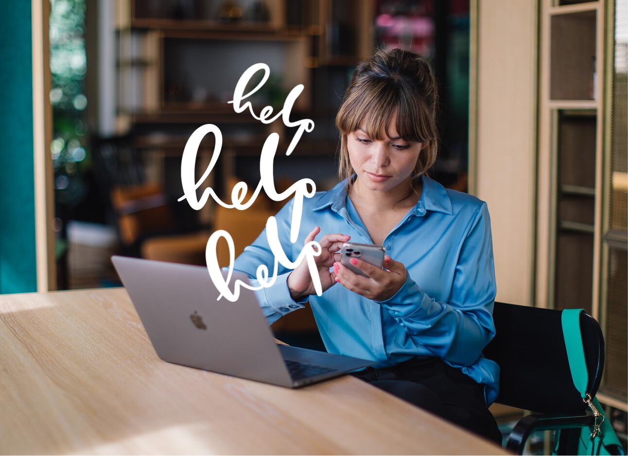 kiki achter computer en laptop