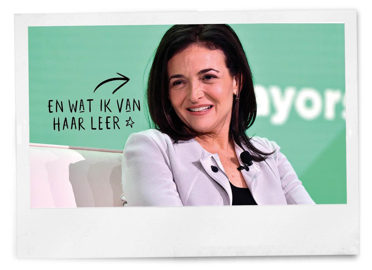 Sheryl Sandberg lachend op een bank zitten tijdens interview