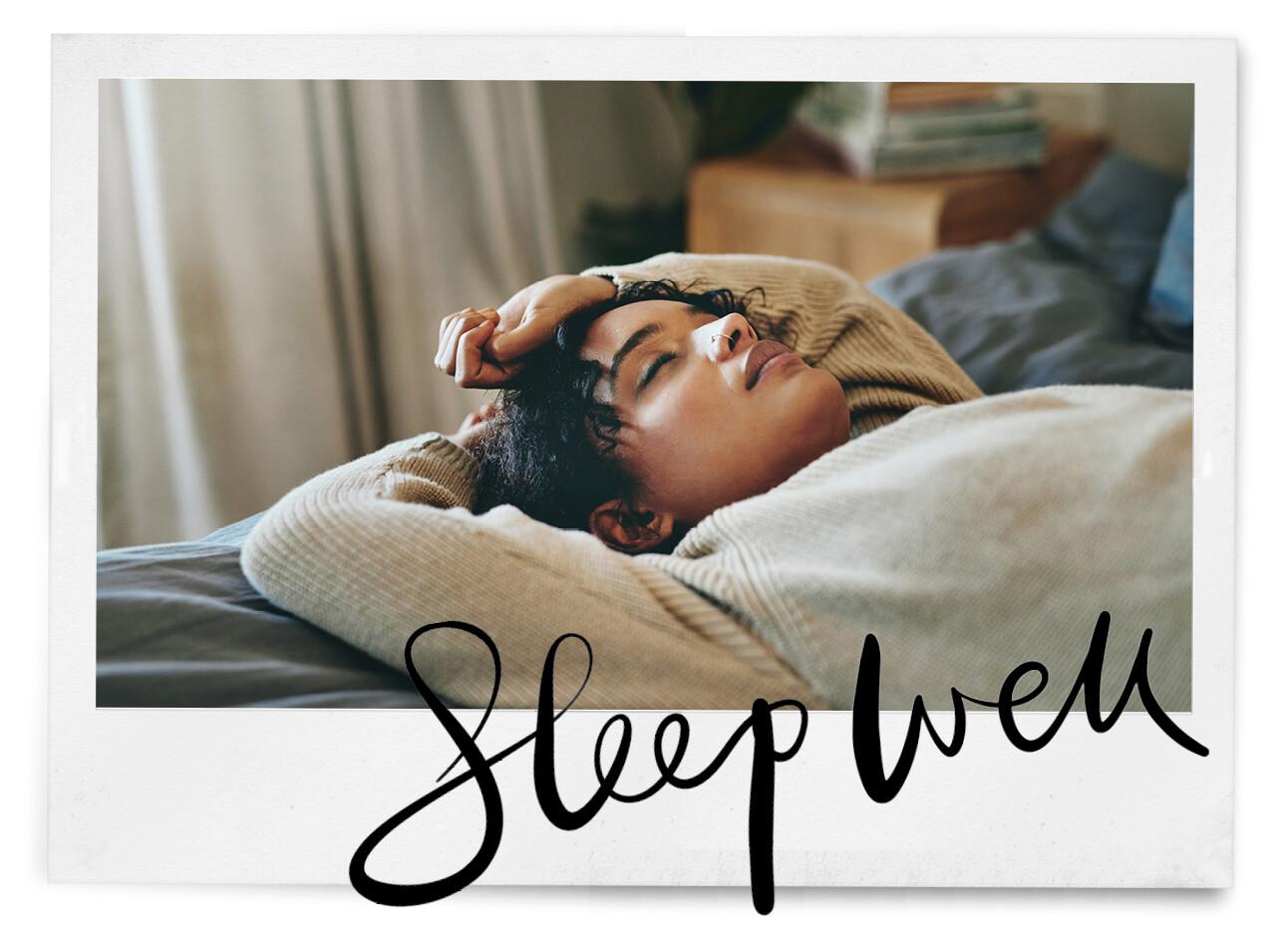 Vrouw slaapt op bed