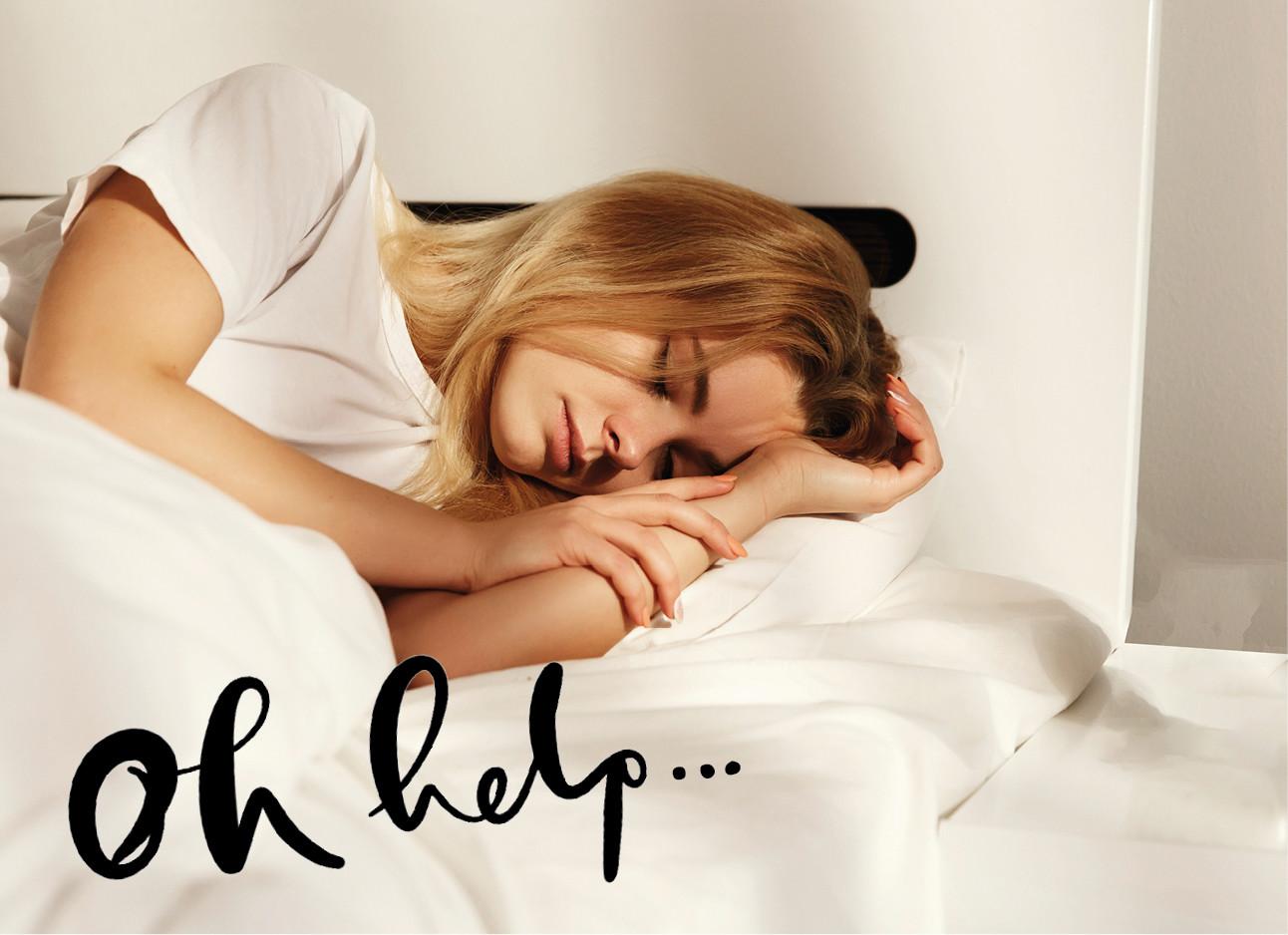 een meijse dat wakker in bed ligt