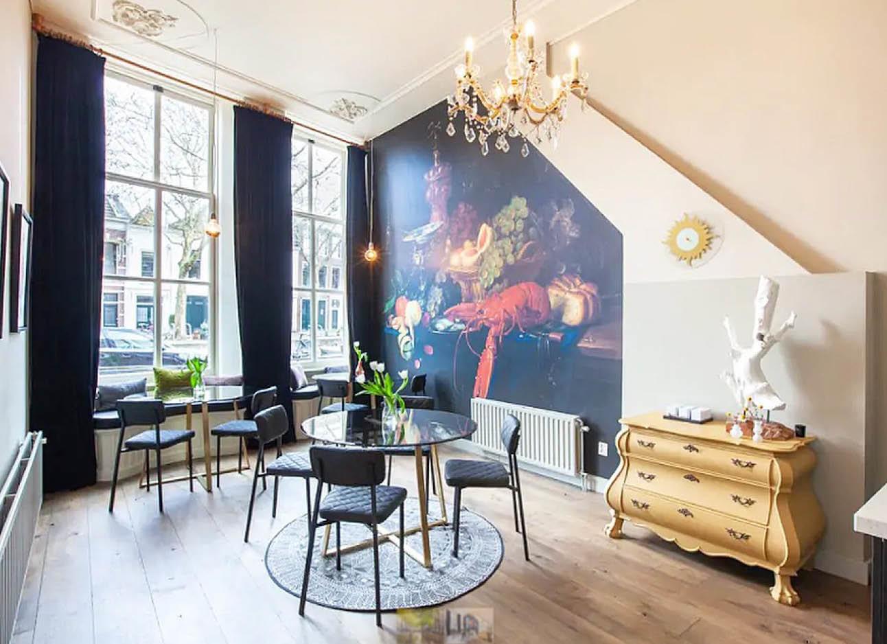 airbnb met mooi plafond