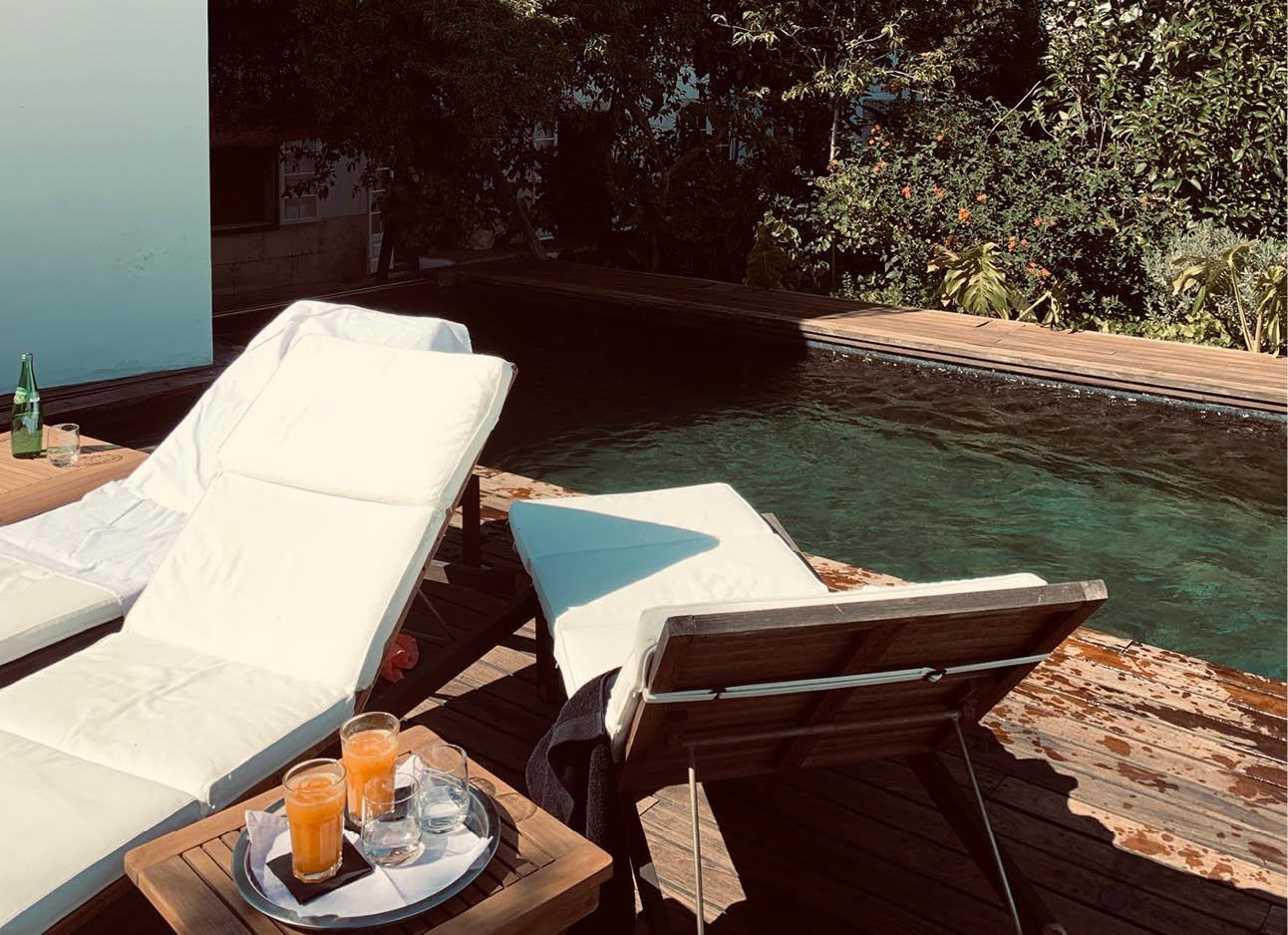 twee ligstoelen bij het zwembad