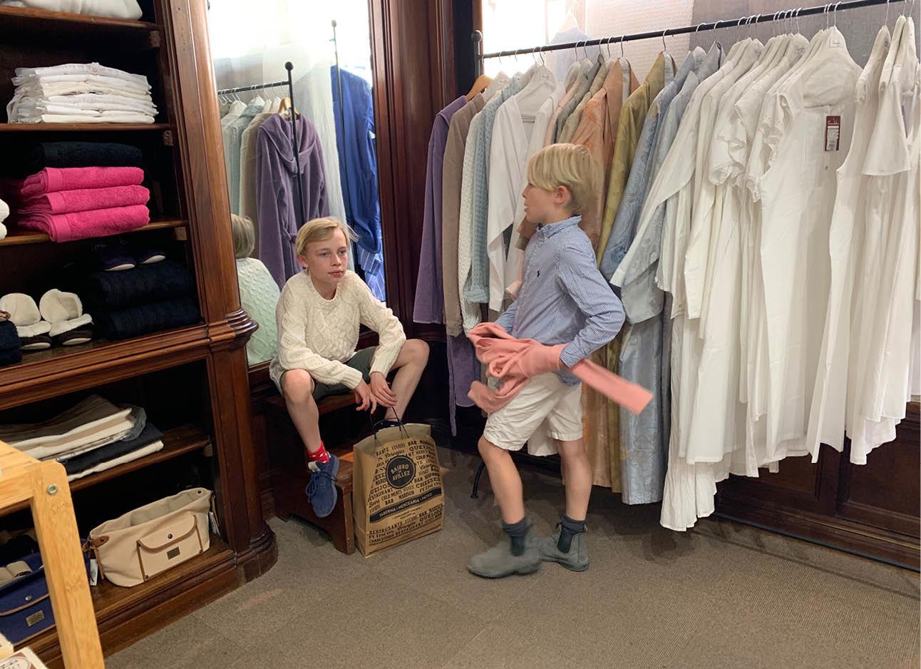 dean en june in een kleding winkel