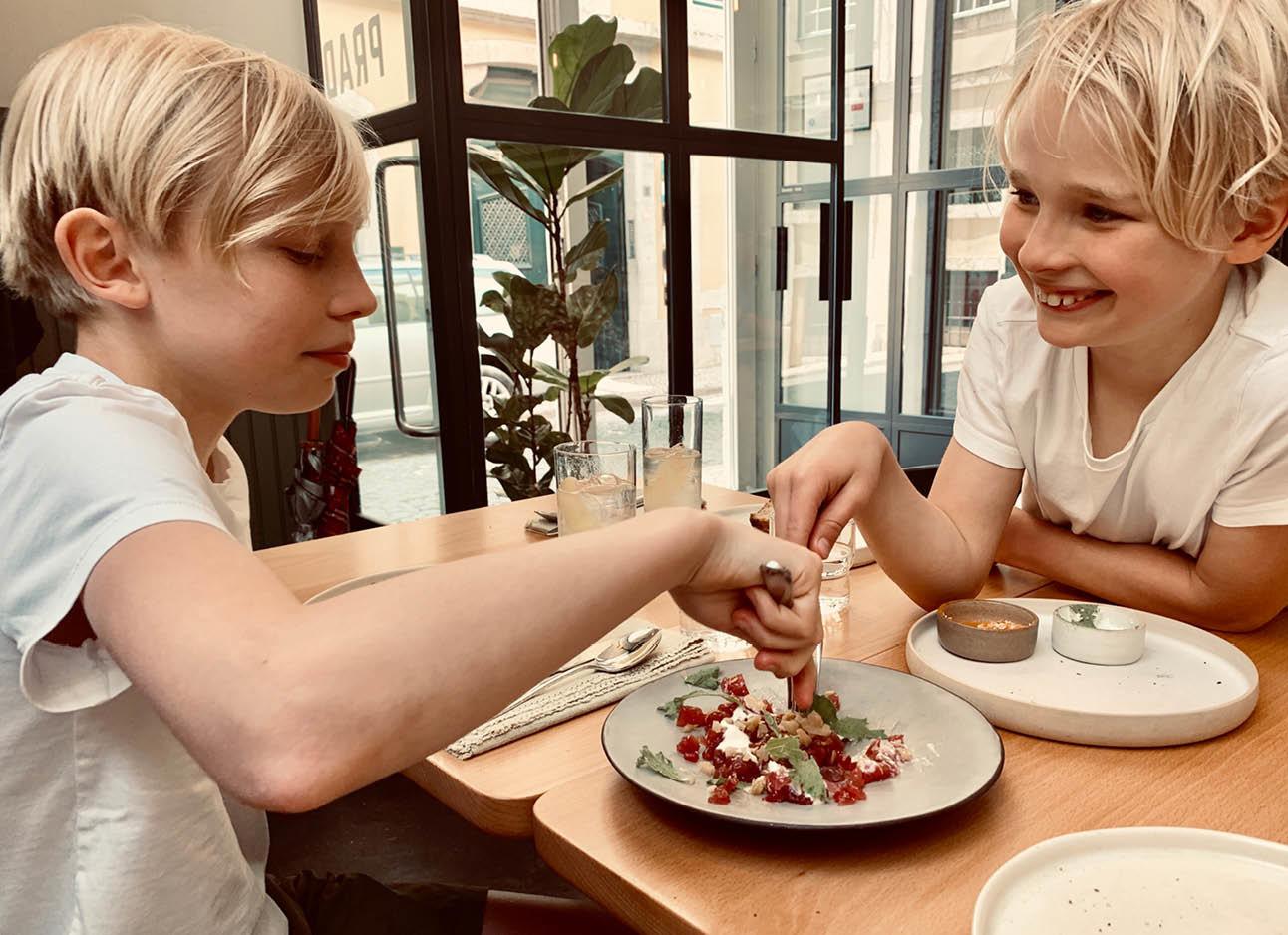 dean en june eten in een restaurant