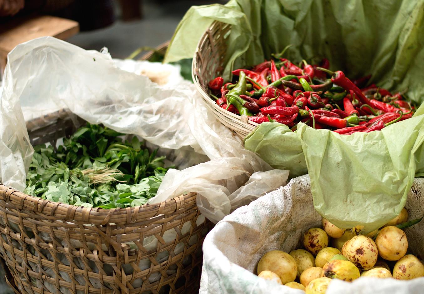 etens manden met chilli peper, aardappelen en kruiden.