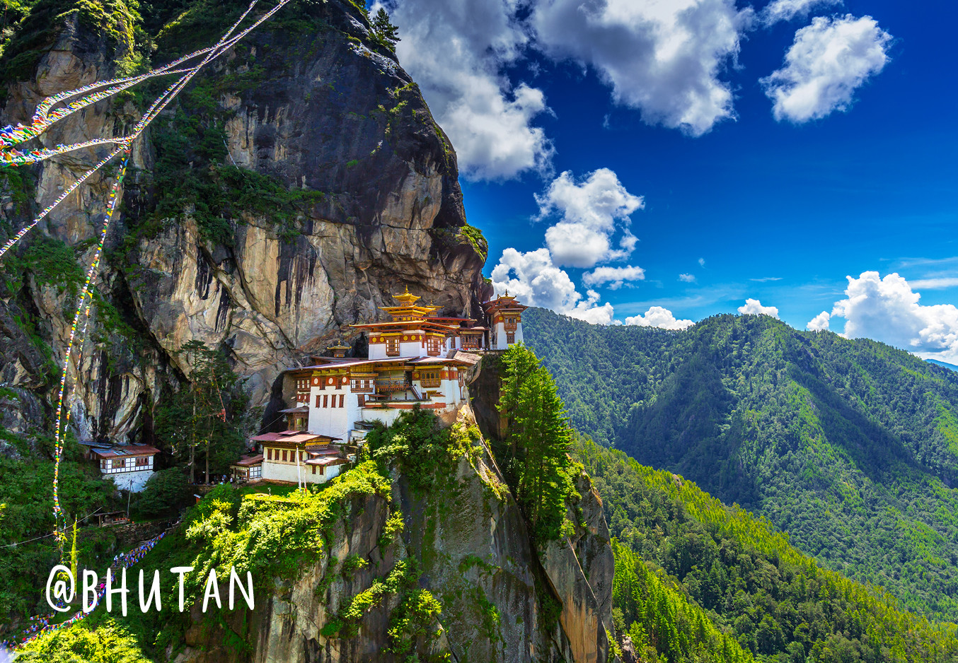 en heel mooi gebergte met een klooster in de bergen