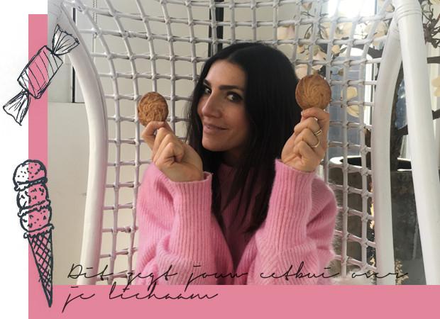Simone Olivia in een roze trui met koekjes