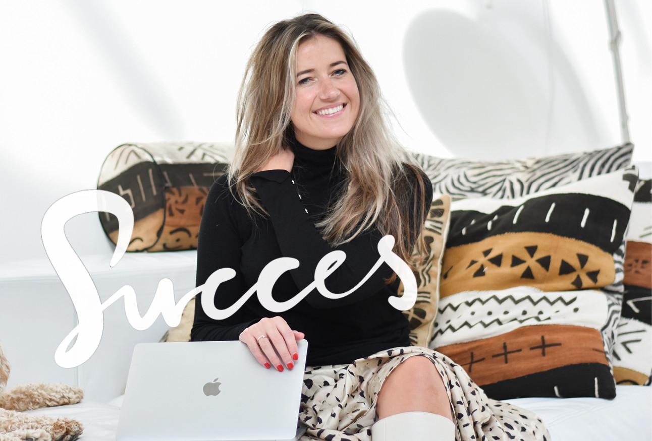 Tessa heinhuis lachend op de bank met een laptop op schoot