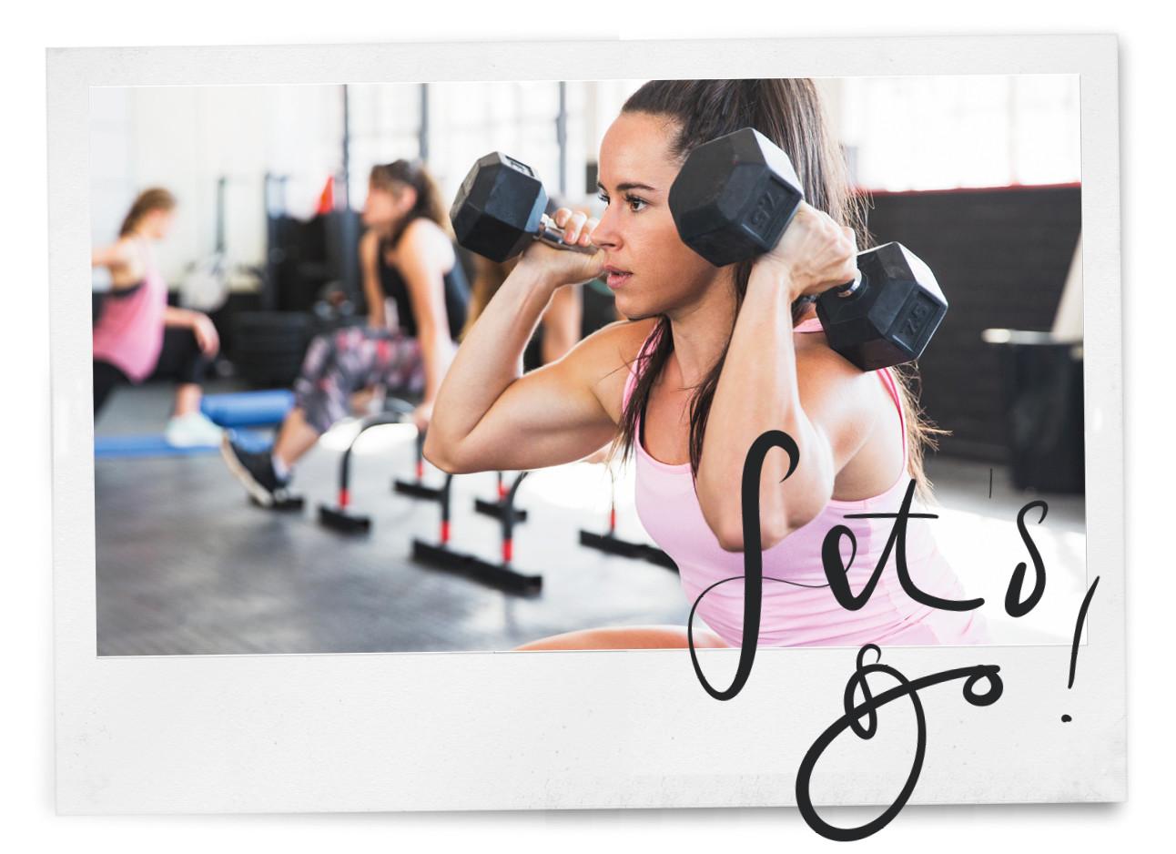 Vrouw in de sportschool met gewichten armen trainen