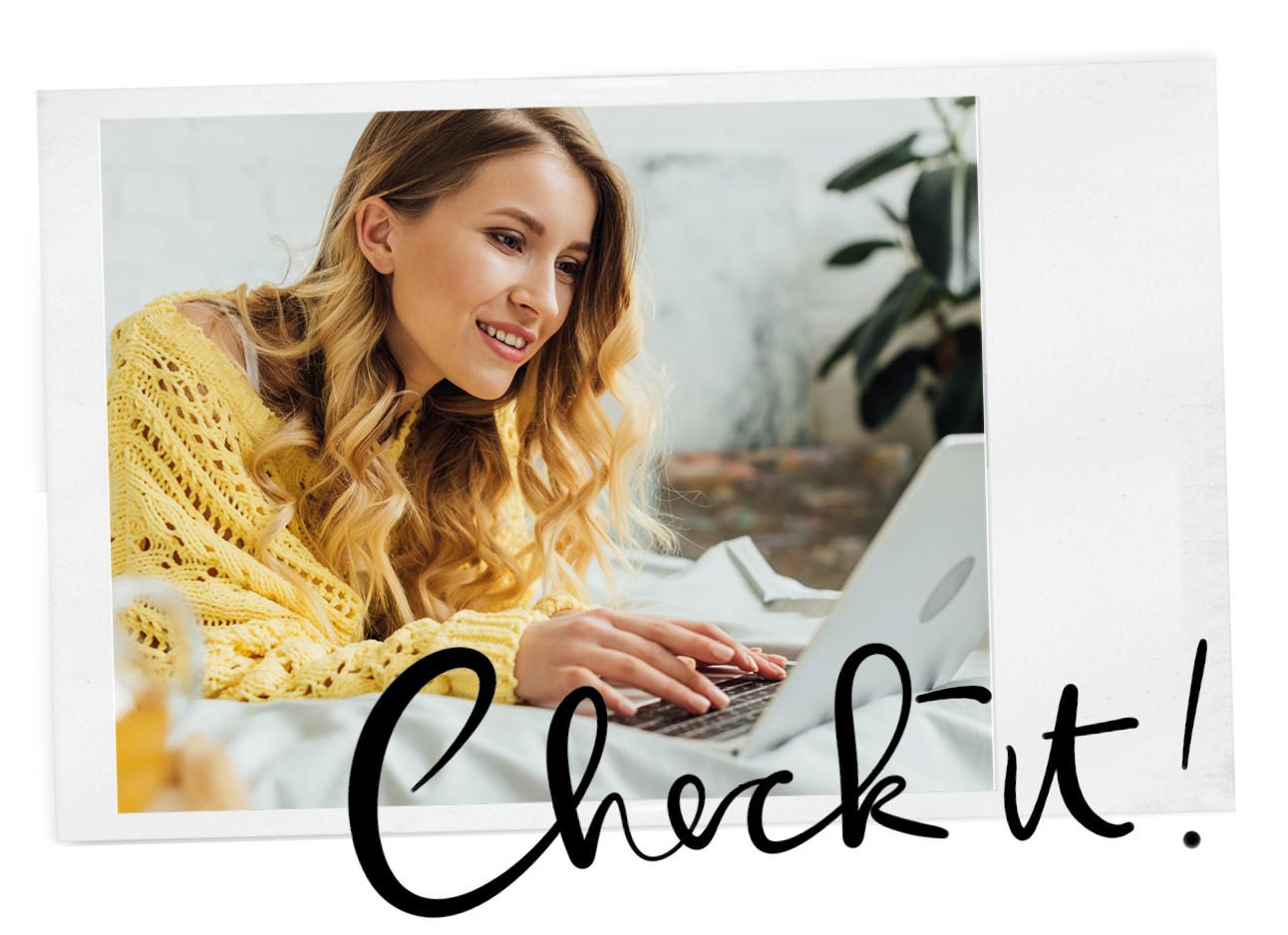 vrouw achter laptop kijkt naar het scherm op bed met een gele trui aan