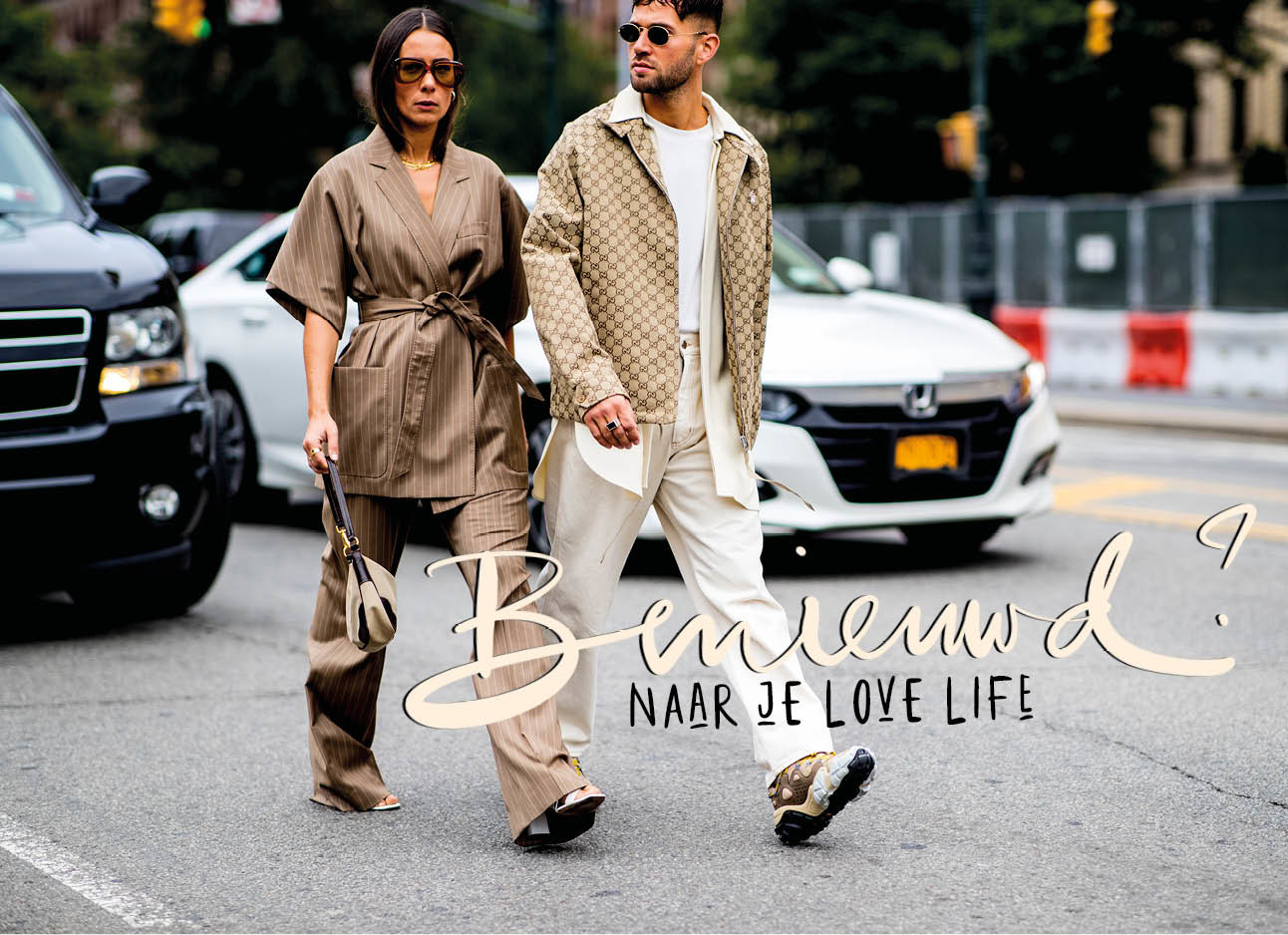 vrouw en man lopen over straat beige outfit trend fashion couple
