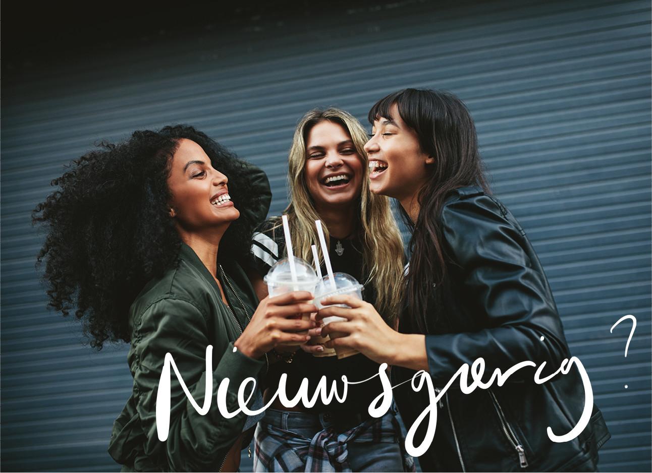 een groepje meiden dat staat te lachen