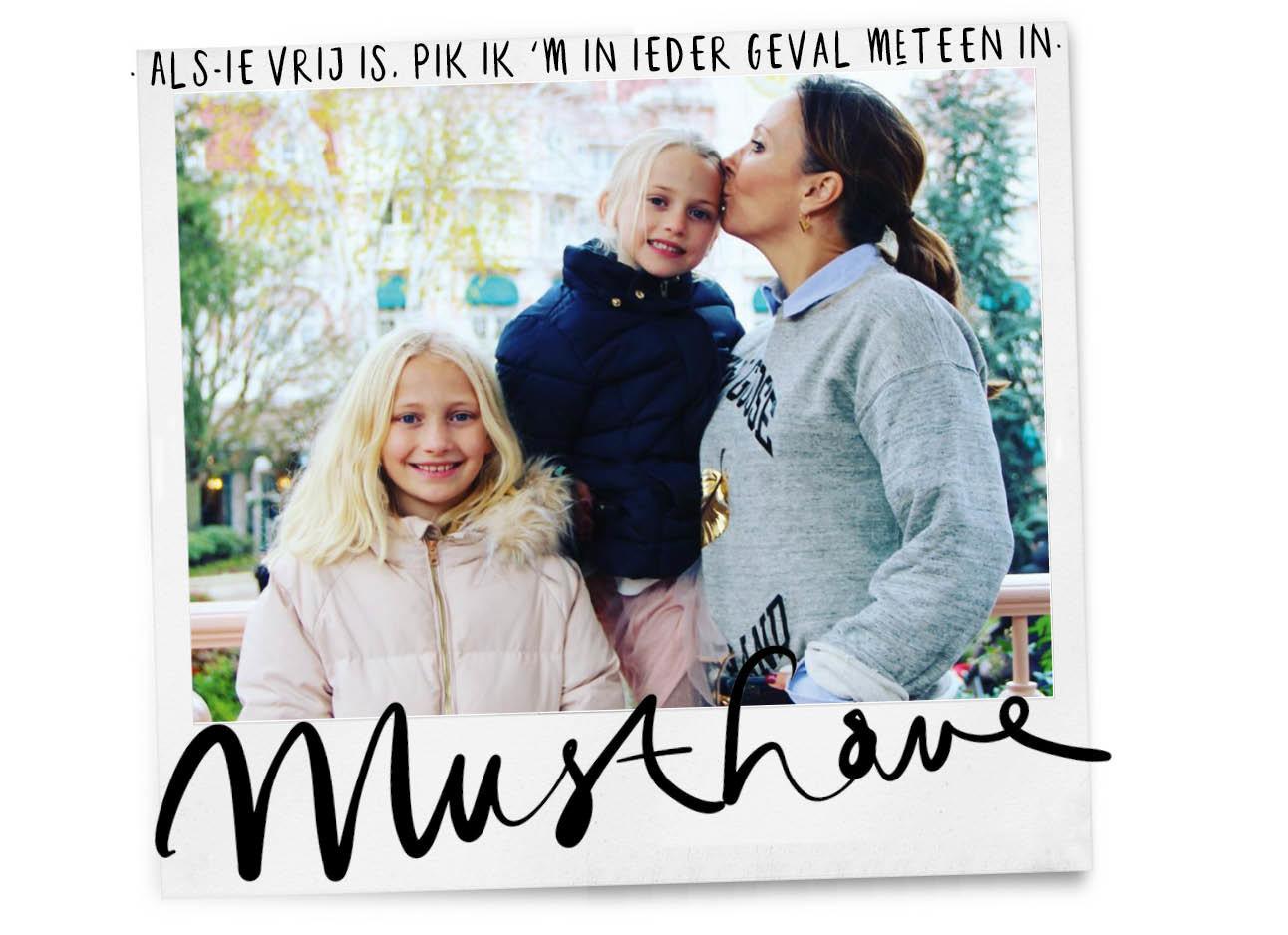 may met haar dochters buiten kussend