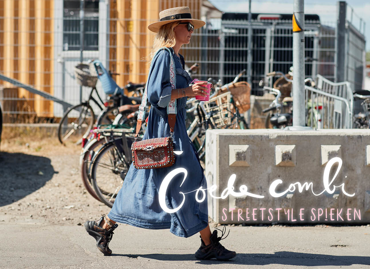 streetstyle spieken, vrouw in jeans jurk, chunky sneakers, hoedje, zonnebril, goede combi