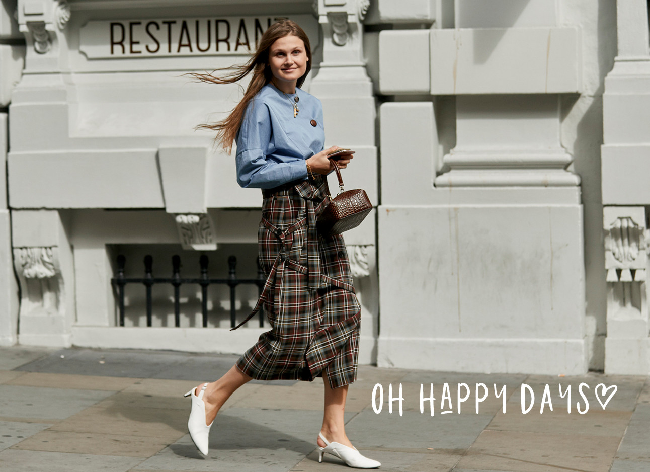 streetstyle fashion, blauwe top, midi rok, witte pumps, oh happy days