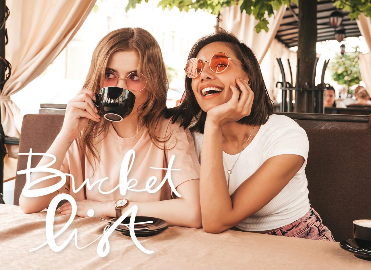 twee vriendinnen op een terrasje aan de koffie