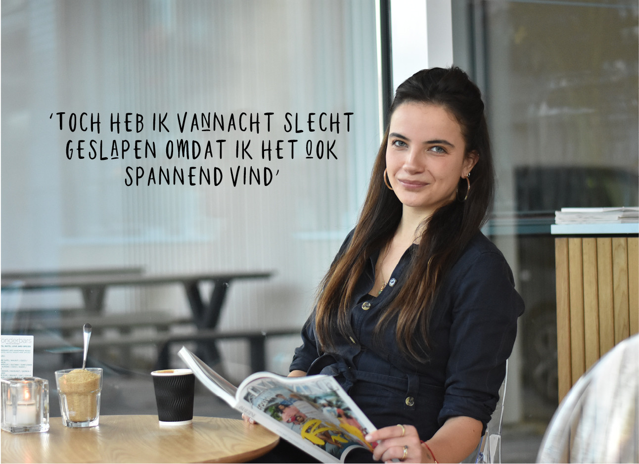 Tess Hoens dat in een cafe zit en een magazine leest