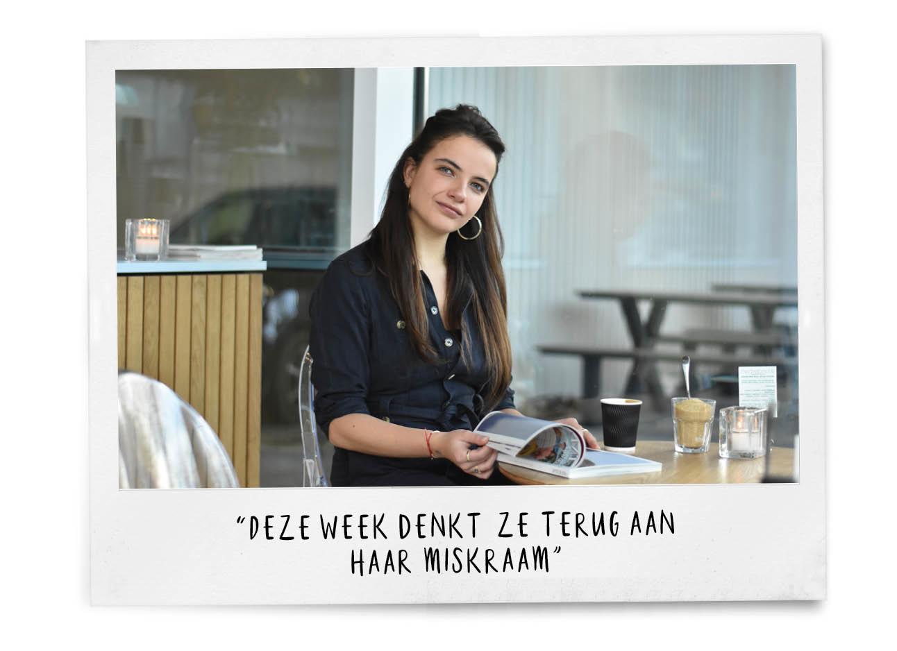 Vrouw aan tafel magazine lezen