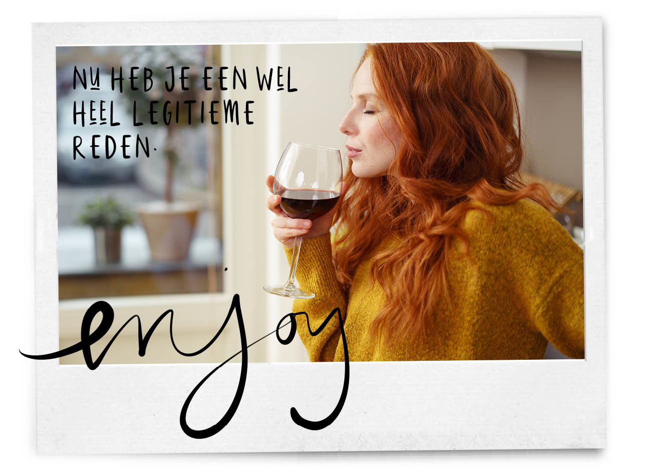 Roodharige vrouw drinkt rode wijn