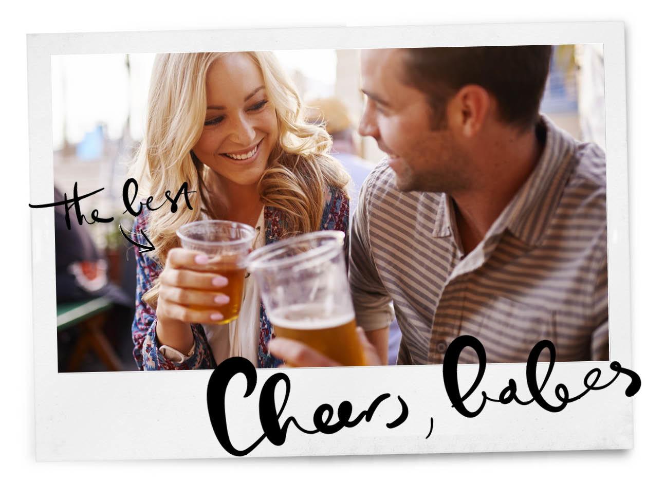 man en vrouw drinken bier en proosten