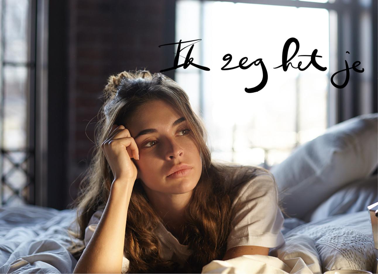 vrouw in bed leunt met haar hoofd op haar hand en kijkt verdrietig/verveeld, ik zeg het je