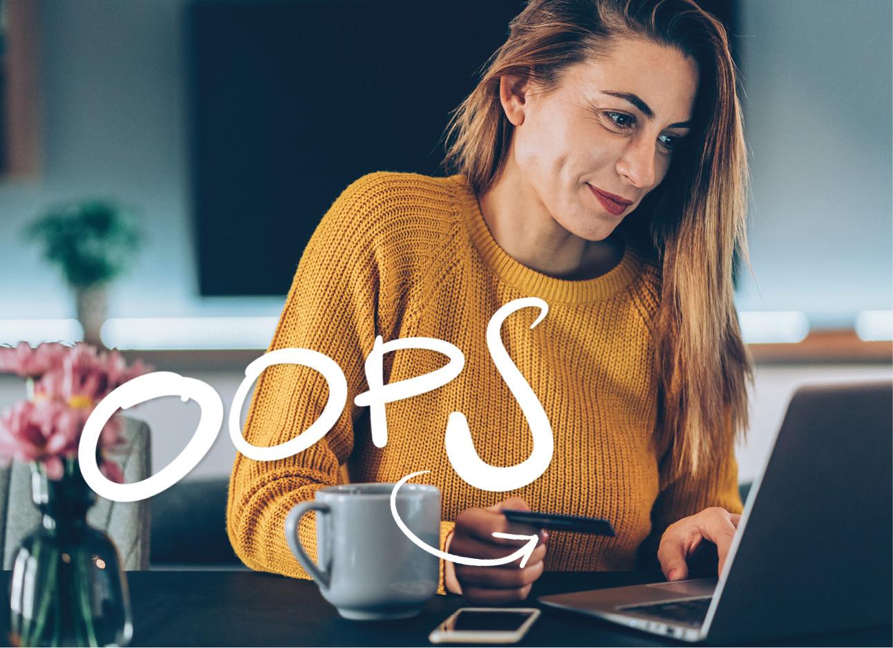 vrouw achter laptop winkelen online lachend in gele trui