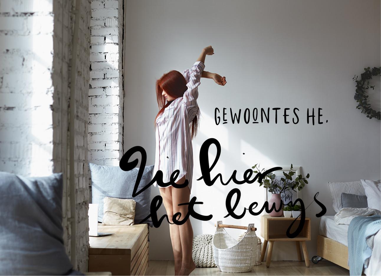 Een meisje dat zich uitrekt in een witte kamer