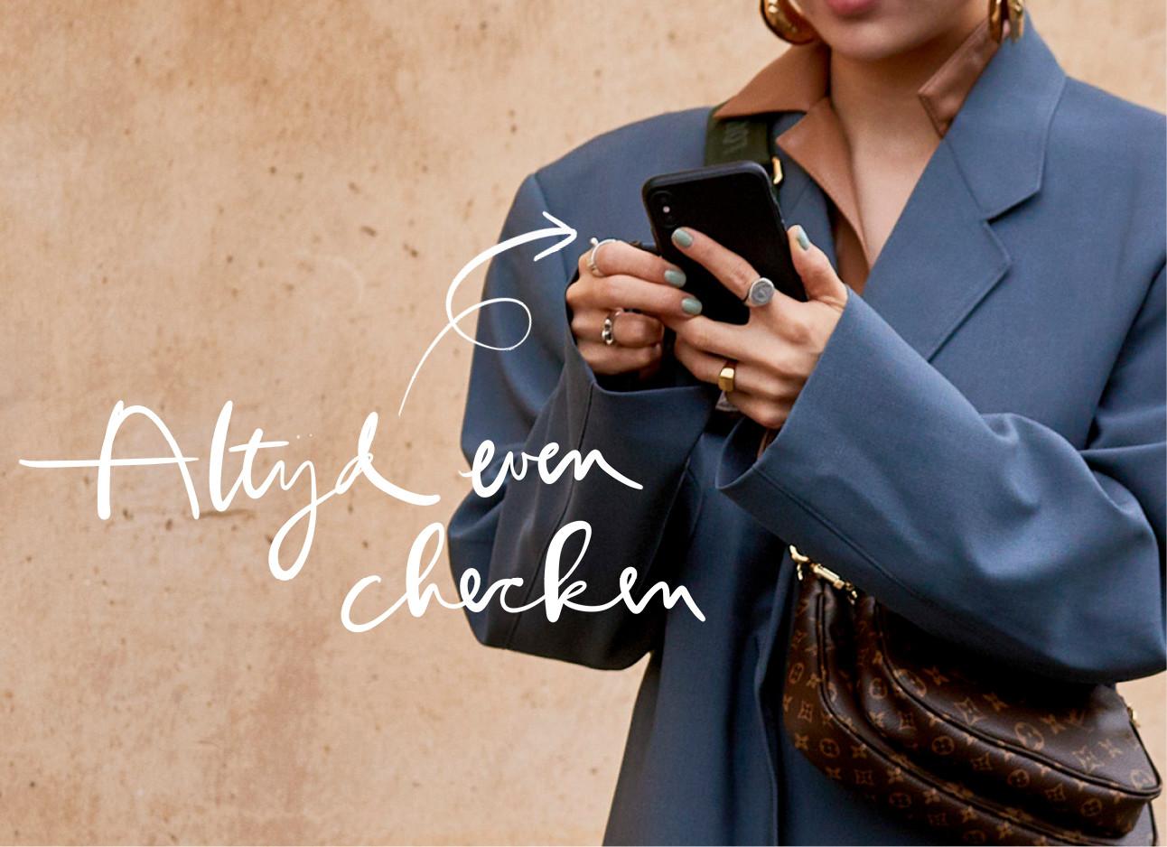vrouw met telefoon in haar handen