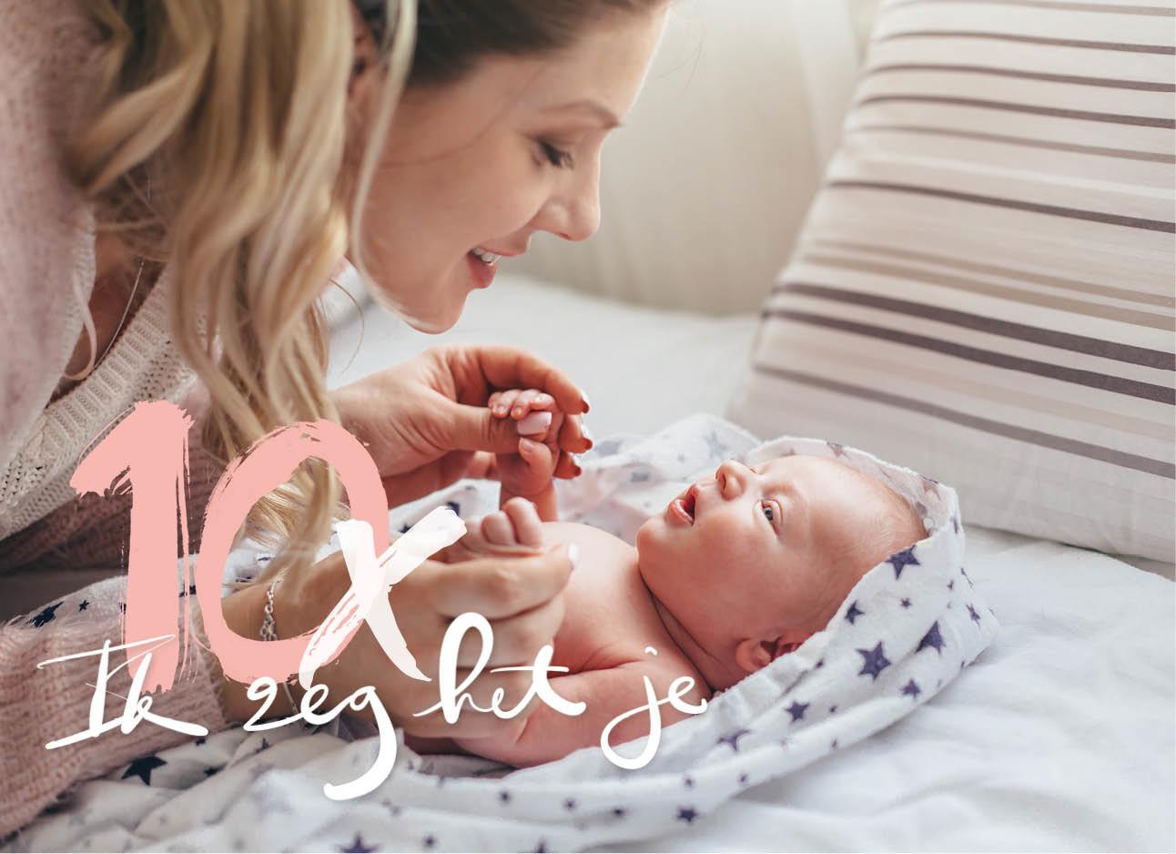 vrouw lachend naar haar baby